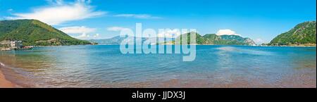 Panoramablick über die Ägäis Bucht Withgreen Inseln von Icmeler Beach vor blauem Himmel, Türkei - Stockfoto
