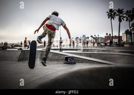 Ein Skateboarder in Aktion am Venice Beach Skate Park in Los Angeles, Kalifornien, USA - Stockfoto