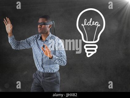 Mit verbundenen Augen Geschäftsmann gegen graue Wand mit Fackel und weiß Glühbirne Grafik - Stockfoto