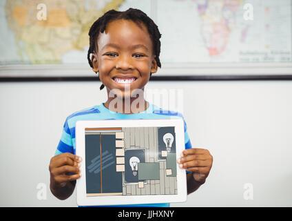 Junge lächelnd mit Tablet auf seine Hände zeigen die Auslosung des Amtes auf seinem Tablet (Farbe: dunkelblau - Stockfoto