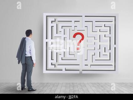 Mann auf der Suche um ein Labyrinth an der Wand - Stockfoto
