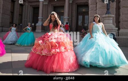 Jugendlich Mädchen, die im mexikanischen Stil Quinceanera dresses am Texas Capitol Protest SB4, von der Gesetzgebung - Stockfoto