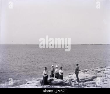 Antike c1910 Foto, fünf Personen an einem küstennahen Standort. Ort unbekannt, möglicherweise Rhode Island, USA. - Stockfoto