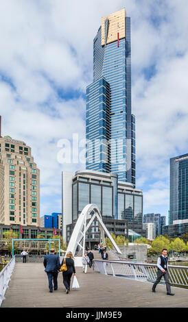 Australien, Victoria, Melbourne, Southbank Precinct, Blick auf die 297.3 m Eureka Tower, eines der höchsten Wohngebäude der Welt gesehen eine