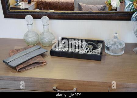 Handtasche und Schmuck-set auf einer Kommode Tisch in einem modernen Zimmer. - Stockfoto