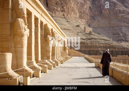 Eine Wache, Spaziergänge entlang der Vorhalle der Totentempel der Hatschepsut in Deir el-Bahri, am frühen Morgen. - Stockfoto