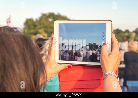 Eine Frau mit einem i-Pad Fotografien in der Schlacht Proms Outdoor Event in Burghley zu nehmen - Stockfoto