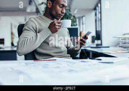 l ssige gesch ftsmann arbeiten und kaffeetrinken stockfoto bild 96379228 alamy. Black Bedroom Furniture Sets. Home Design Ideas