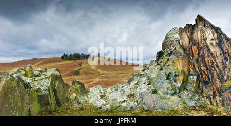 Bradgate Park in Leicestershire zeigt einen der vielen Granitfelsen und alten John sowie das Kriegerdenkmal. - Stockfoto