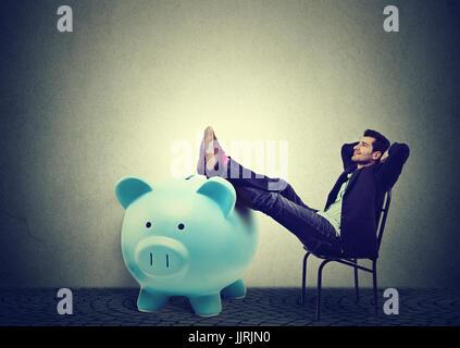 Finanziell erfolgreicher Geschäftsmann im Stuhl sitzen und entspannen - Stockfoto