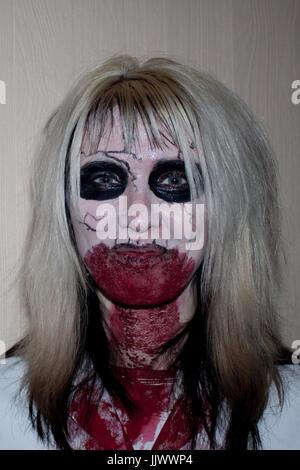 Eine Frau gekleidet wie ein Vampir Halloween feiert - Stockfoto