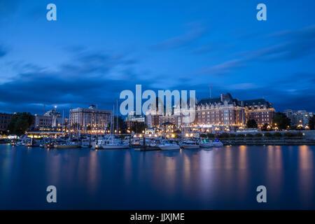 Ein Blick auf Victoria Harbour und das Empress Hotel in der Abenddämmerung. - Stockfoto