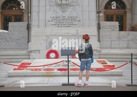 Junge Teenager in tartan Tammy Vor dem Kriegerdenkmal kenotaph George Square Glasgow roter Mohn - Stockfoto
