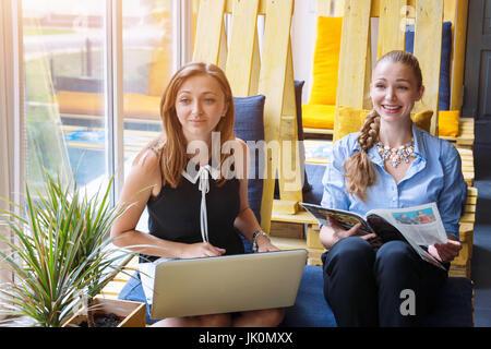 Hübsche Geschäftsfrau gemeinsam neue Startprojekt mit Laptop-Computer im modernen Loft. Menschen und Teamwork Konzept - Stockfoto