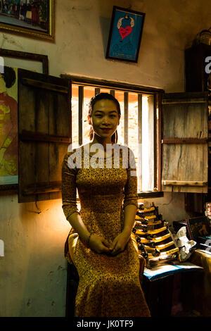 Vietnamesisches Mädchen in traditionellen Ao Dai Kleid - Hoi An - 13. März 2017 - Stockfoto