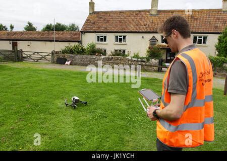 Lizenzierte drone operator Flying dji Inspire 1 an eine Eigenschaft in Großbritannien - Stockfoto