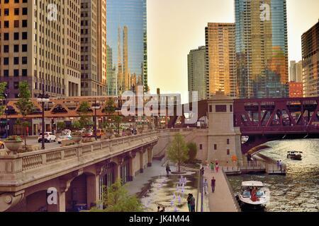 Wie die untergehende Sonne reflecitons aus erzeugt eine Vielzahl von Chicagl Gebäude Flächen, ein CTA braune Linie - Stockfoto