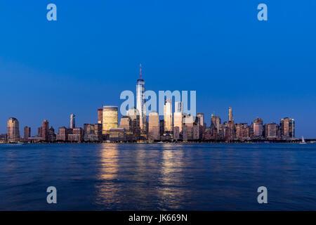 New York City-Financial District Wolkenkratzer und Hudson River in der Abenddämmerung. Lower Manhattan - Stockfoto