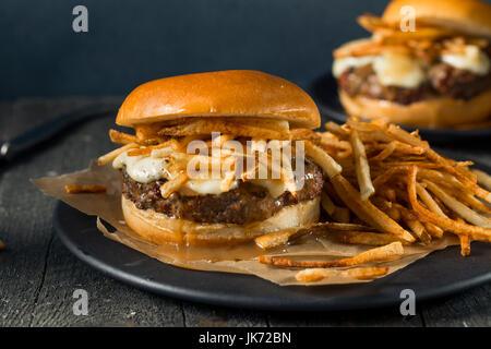 Hausgemachte Poutine Hamburger mit Pommes frites-Sauce und Käse Quark - Stockfoto