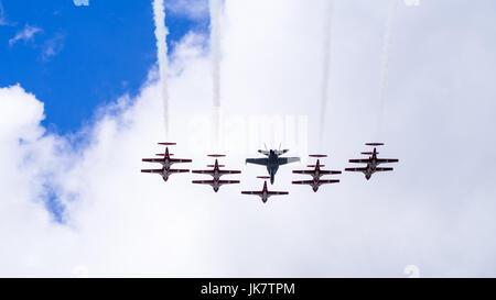 Die Snowbirds, Kanada's militärische Kunstflug (air show Flight demonstration Team) flypast über Kanada, Ottawa, - Stockfoto