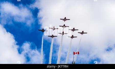 Die CF-Snowbirds flypast Über die Flagge von Kanada auf der Peace Tower am Canada Day, Ottawa, der Hauptstadt Kanadas - Stockfoto