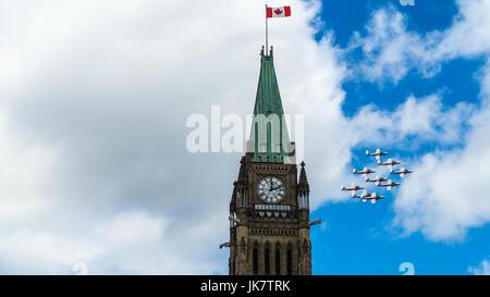 Die Kanadische Streitkräfte (CF) Snowbirds flypast die Peace Tower auf dem Parliament Hill in Kanada, Ottawa, der - Stockfoto