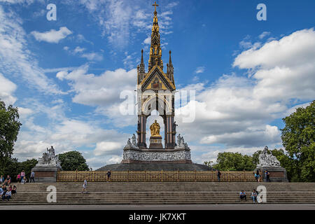Das Albert Memorial befindet sich in Kensington Gardens, London, direkt in den Norden der Royal Albert Hall. Es - Stockfoto