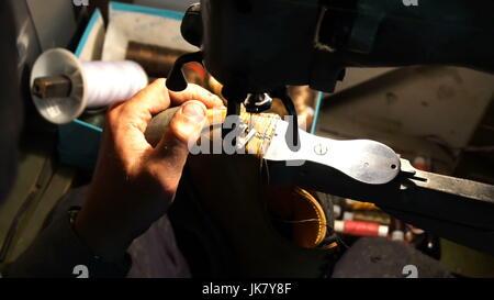 Schuhmacher reparieren Schuhe Stockfoto, Bild: 125912601 Alamy