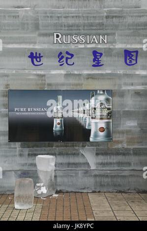 China, Heilongjiang, Harbin, Daolingqu-Viertel, Zhongyang Dajie, Eisbar, Wodka, krümelig, - Stockfoto