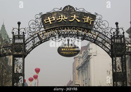 China, Heilongjiang, Harbin, Daolingqu-Viertel, Zhongyang Dajie, Torbogen, Schilder, - Stockfoto