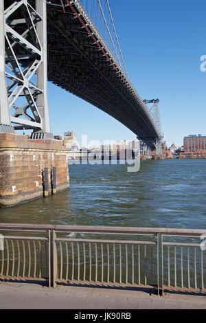 Unter die Williamsburg Bridge in Manhattan, New York, NY, USA im Jahr 2013. - Stockfoto