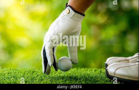 Golf Spieler Hand Rasen Ball Inverkehrbringen - Stockfoto