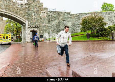 Quebec Stadt, Kanada - 31. Mai 2017: Saint John's Gate Festung Eingang zur Altstadt Straße mit junger Mann läuft - Stockfoto
