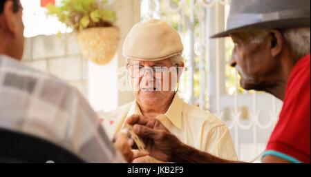 Glücklich aktive Rentner, alte spanische Freunde Spaß, Senioren Spielkarten zu Hause. - Stockfoto