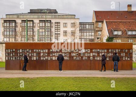 Deutschland, Berlin, Prenzlauerberg, Gedenkstätte Berliner Mauer, Fotos der Toten durch die Grenzschutzbeamten Flucht - Stockfoto