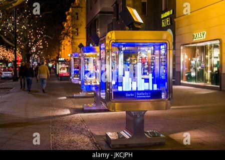 Deutschland, Berlin, Charlottenburg, Kurfurstendam-Shop-Displays, Abend - Stockfoto