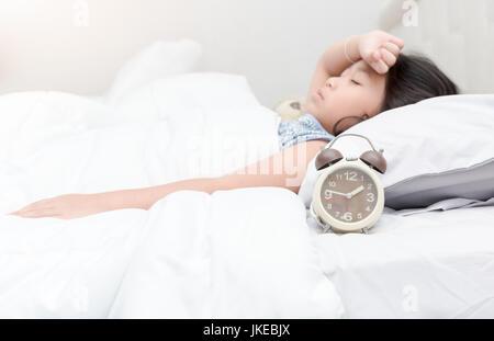 wecker auf dem bett schlafende frau zeit f r wake up stockfoto bild 101553476 alamy. Black Bedroom Furniture Sets. Home Design Ideas