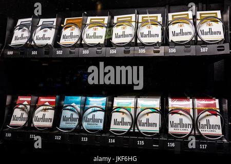 Las Vegas - ca. Juli 2017: Packs von Marlboro Zigaretten in einem Automaten. Marlboro ist ein Produkt der Altria - Stockfoto