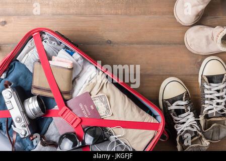 Reisen Sie Accessoires Kostüme. Pässe, Gepäck, Kamera, Sonnenbrille, Stiefel, Sneaker, die Kosten für Reisekarten - Stockfoto