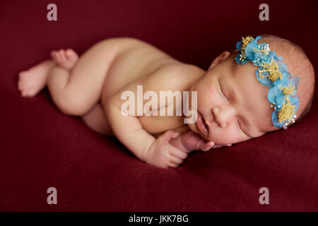 neugeborenes Baby auf einer Decke schlafen - Stockfoto