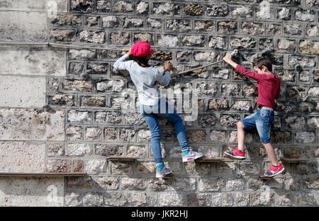 Paris Plages, Kletterwand, junges Mädchen, jungen, auf der Kletterwand - Stockfoto