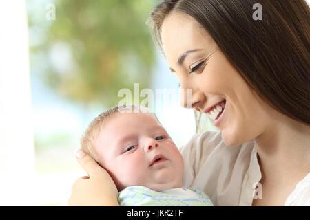 Porträt einer stolzen Mutter hält ihr Baby und blickte ihn - Stockfoto