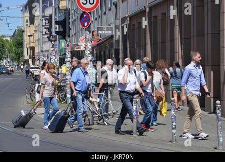 Fußgänger, Rosenthaler Straße, Mitte, Berlin, Deutschland, Fussgaenger, Rosenthaler Straße, Mitte, Deutschland - Stockfoto