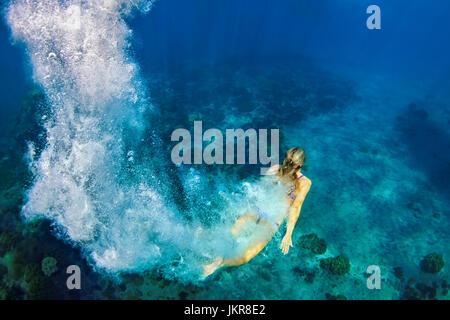 Glückliche Familie - Mädchen in Schnorchel Maske Tauchgang unter Wasser mit tropischen Fischen im Korallenriff Meer - Stockfoto