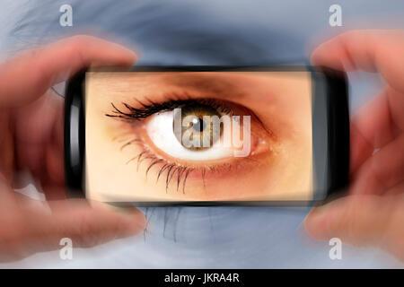 Auge in der Smartphone-Kamera, symbolische Foto für neugierige Parkers Auge in Smartphone-Kamera, Symbolfoto Für - Stockfoto