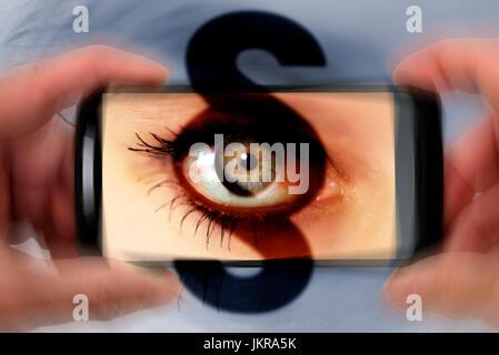 Auge in der Smartphone-Kamera mit Abschnitt, symbolische Foto Strafen für neugierige Parkers Auge in Smartphone - Stockfoto