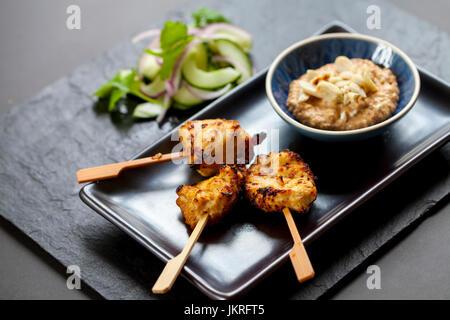 Chicken Satay, Zwiebel und Gurke Salat