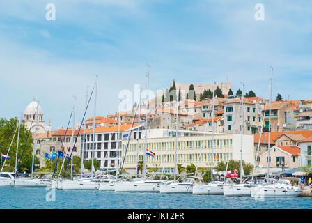 Segelboote, Riva, mit St Michaels Festung auf dem Hügel oberhalb der alten Stadt, Sibenik, Dalmatien, Kroatien - Stockfoto