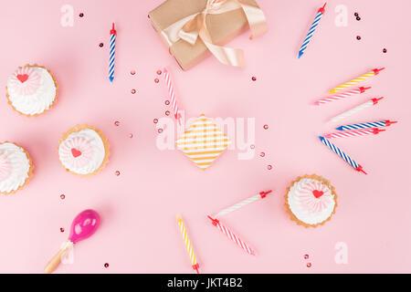 Draufsicht der Kuchen mit Kerzen und Geschenk-Boxen mit Konfetti Mock-up, Geburtstagsparty Stockfoto