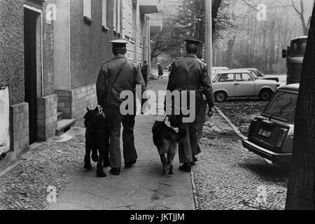 Leben auf der Straße, Wachen DDR Grenze abgebildet auf Patrouille mit Wachhunde in der Nähe von Bernauer Straße - Stockfoto